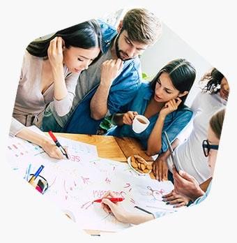 Photo représentant des gens travaillant ensemble