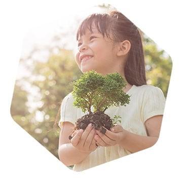 Photo d'une petite fille tenant un arbre