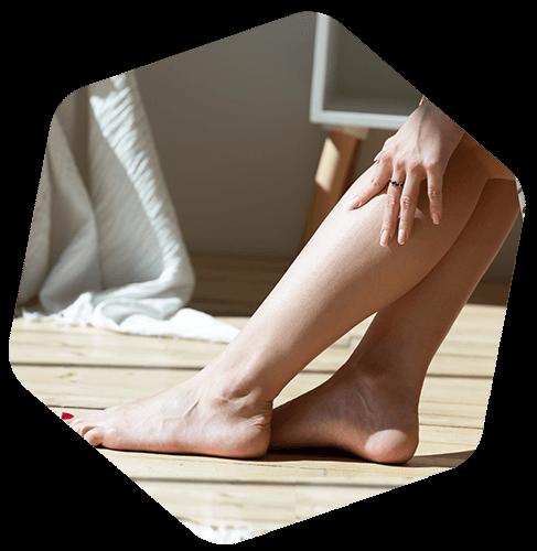 Femme qui se tient la jambe